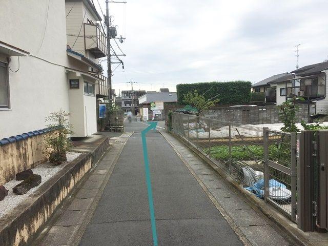 【道順4】畑を越えますと、「右側」にご利用駐車場があります。