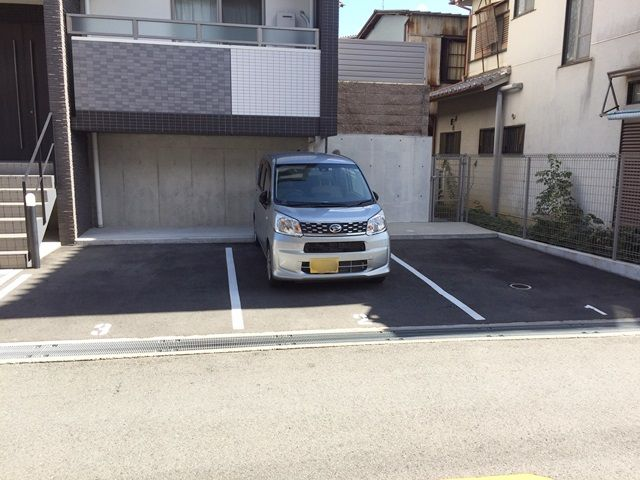 駐車場を正面に見た風景です
