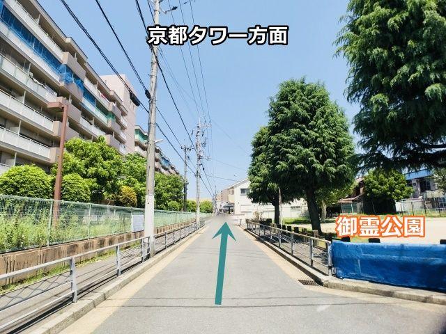 左手に「京都市南烏丸市営住宅2棟」、右手に「御霊公園」を直進(前方に京都タワーが見えます(^^))いただくと右手に当駐車場がございます。