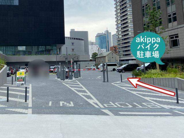 入口右手、歩行者専用通路より入庫してください