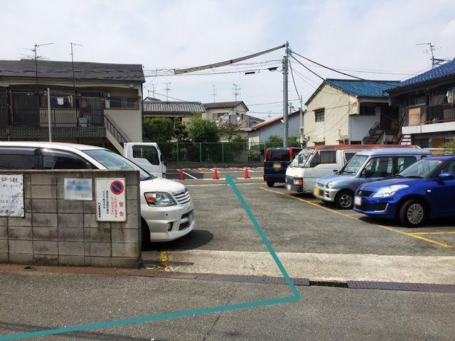 この駐車場を通り抜けてお越し下さい。