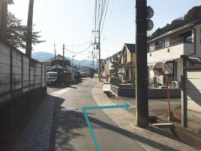 【道順1】「高尾駅」から都道46号線を北へと進み、2つ目の信号を左へ曲がった後、2つ目の曲がり角まで直進してください。