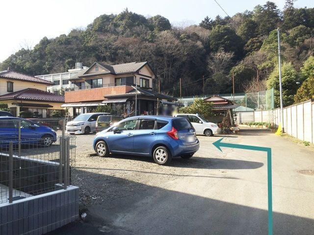 【道順3】少し進むと左側にご利用駐車場がございます。予約したスペースに駐車してください。