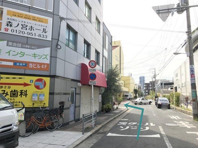 """すぐ(1つめ目の道)を左折 (黄色い建物の""""ピロティ―ホール""""の角を左折)"""