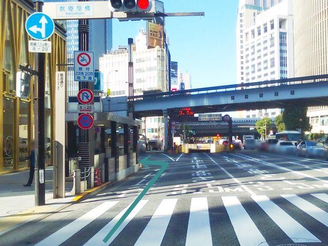 【道順2】「数奇屋橋交差点」を過ぎてすぐ一つ目の角を「東急プラザ銀座」北側の道路へ「左折」してください。