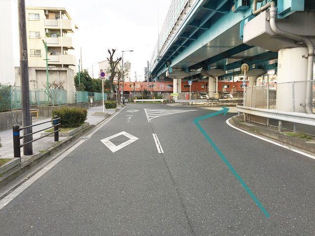 【道順2】1つ目の角を「右折」してください。