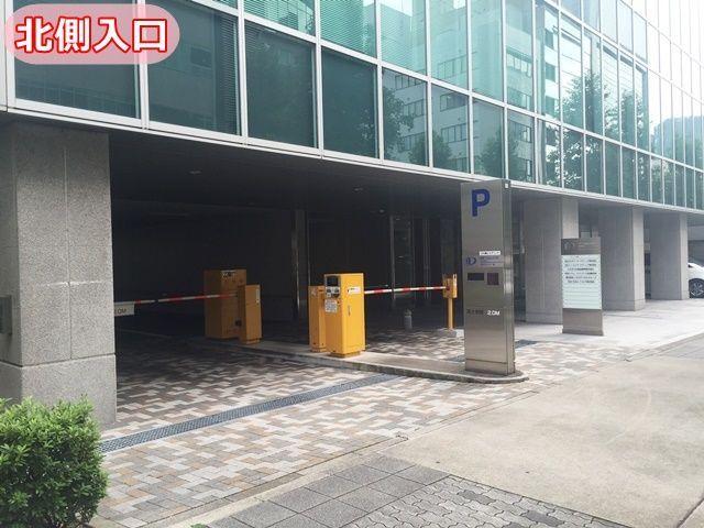 「北側」の駐車場入口の写真です。進入後、機械式駐車場まで直進してください。