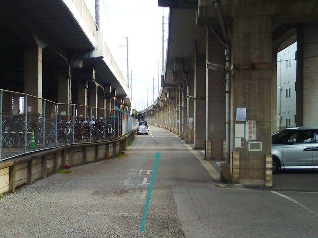 【道順2】駐車所内の写真です。対向車に気を付けてゆっくりお進みください。