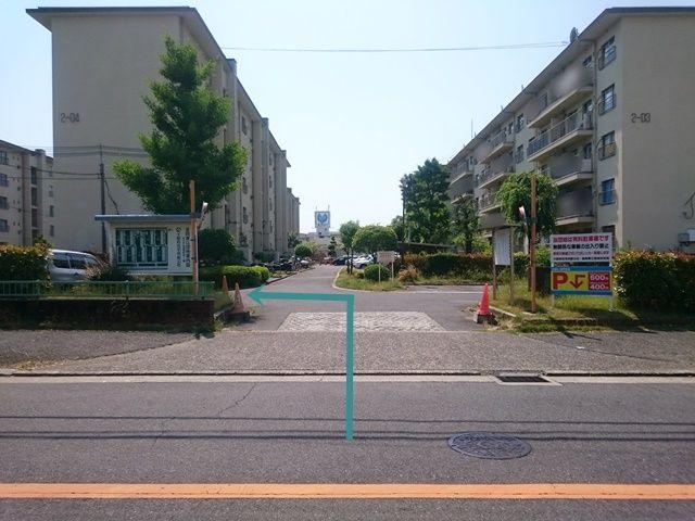 【道順1】駐車場入口の写真です。入口を入ってすぐ「左折」してください。