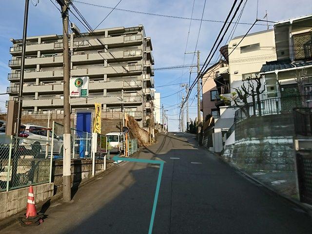 【道順1】市ヶ尾駅前郵便局から厚木街道方面へ「北」に進み、2つ目の角を「右折」して直進していただくと、「左手」に駐車場出入口があります。