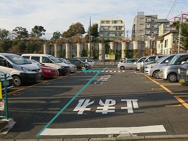 【道順2】駐車場出入口から入ってすぐ「左側」にご利用駐輪場があります。