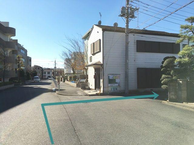 【道順1】「太尾西町内会館」を目印に、「鶴見川方面」へ向かって「西」へと「右折」してください。