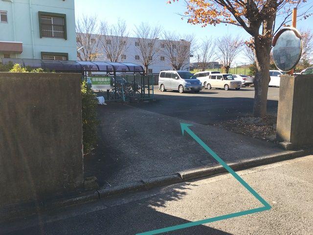 【道順2】右折地点から40m程進むとご利用駐車場入り口がございます。「akippaカラーコーン」を目印にご予約されたスペースに駐車してください。