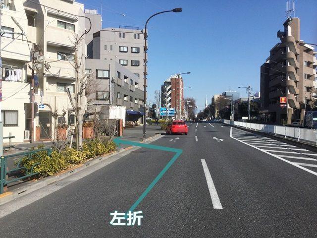 【道順2】100mほど直進し、写真の矢印方向に左折してください。