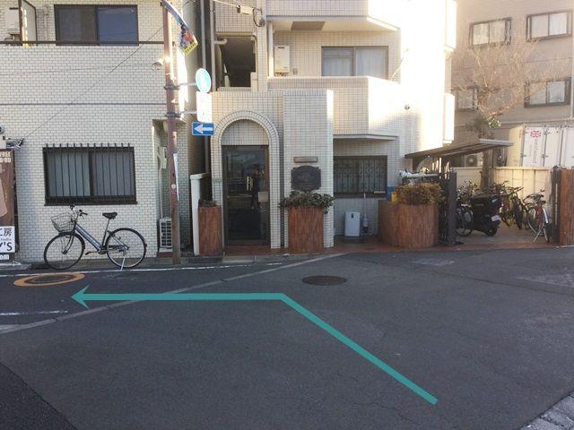 【道順3】左折したすぐの風景です。向かって右側に革製品のお店が見えます。