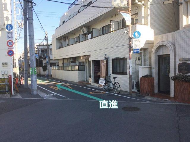 【道順4】向かって革製品のお店を右側に、そのまま直進してください。