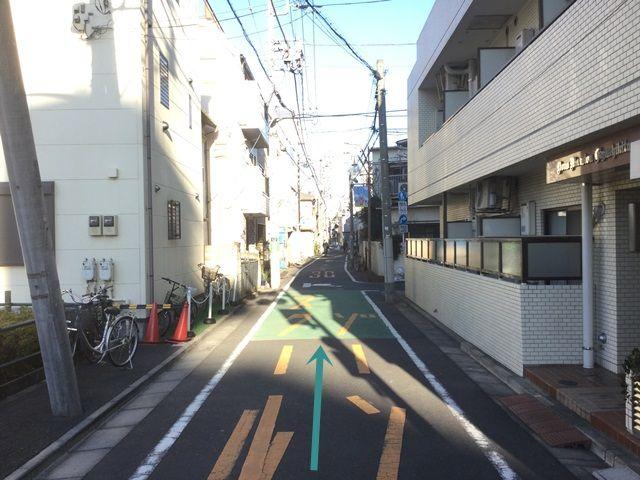 【道順5】直進する際の風景です。道が狭くなっておりますので、十分注意して進入してください。