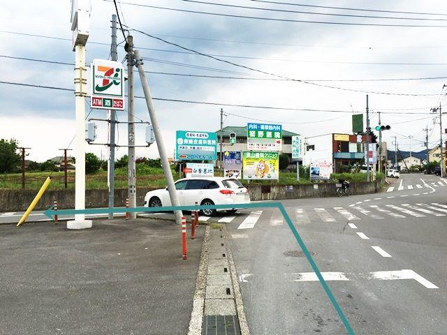 【道順1】「毛呂山長瀬郵便局」から「南西」へ進み、東武越生線の踏切を越え、しばらく直進していただき、1つ目の信号を「左折」してください。