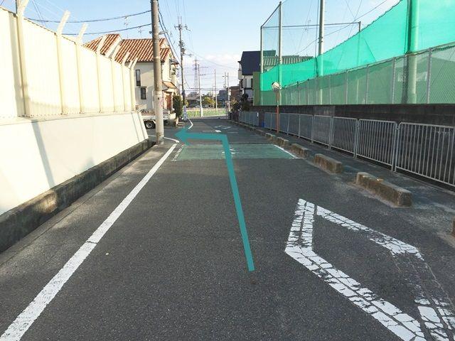 【道順3】小学校を越えてすぐの道を左折してください。
