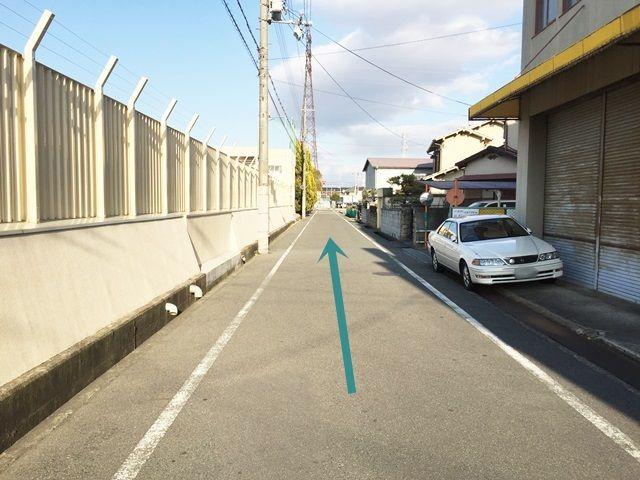 【道順6】しばらく進むと道路右側、「福田商品センター」の横にご利用駐車場がございます。