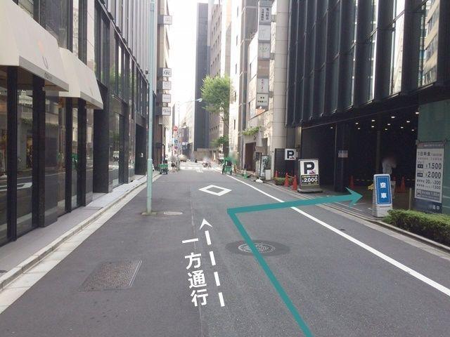 【道順3】こちらが駐車場入り口になりますので、「右折」して駐車場へと進入してください。