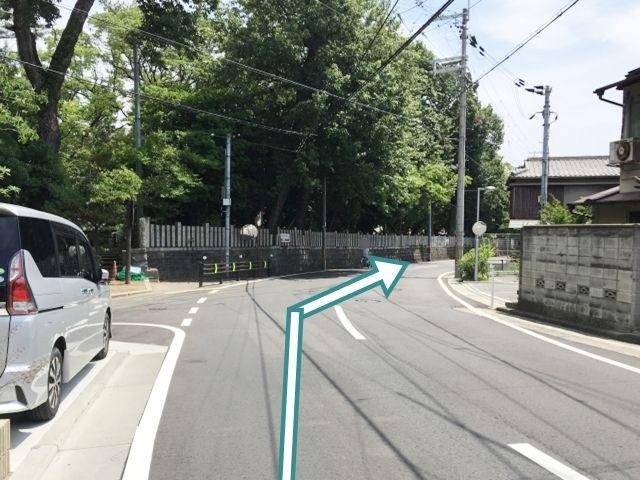 道順1. 【北側から】 緩やかな右カーブの先