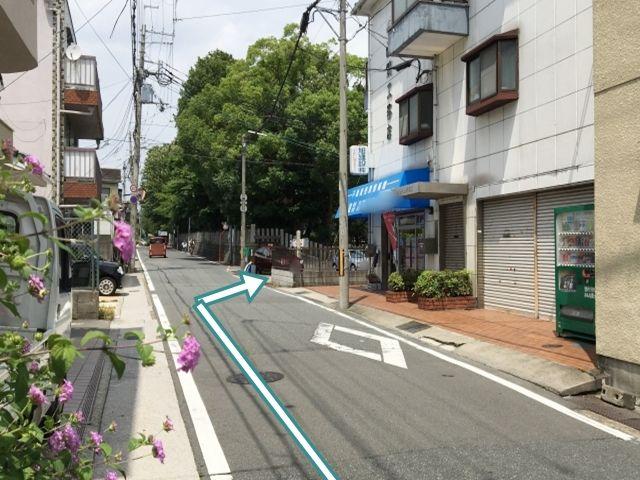 道順4. 目印、青いテナント  旭建設さんと、稲名野神社の森 の間にある駐車場