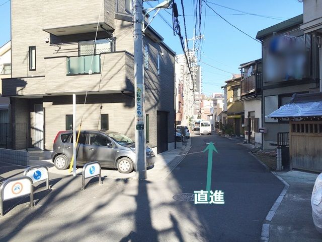【道順3】しばらく直進し、向かって左手側にakippa駐車場がございます。