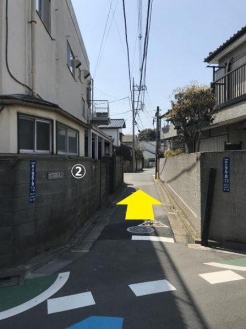 【道順2】この道を直進後、左手に当駐車場がございます。