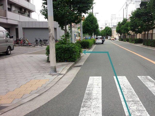 【道順2】直進してすぐ「左側」に駐車場入口があります。