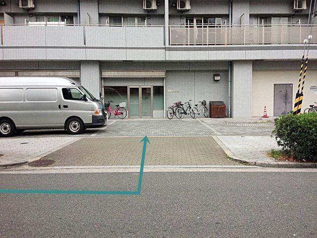 【道順3】駐車場の写真です。ご予約時のメールに記載しているスペース番号をしっかりとご確認のうえ駐車して下さい。