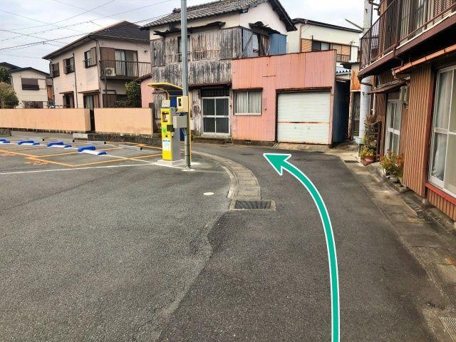 駅改札すぐの駐車場の脇を入ります。