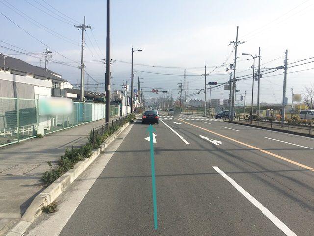 【道順1】「花園ラグビー場前交差点」から東に進んでください。