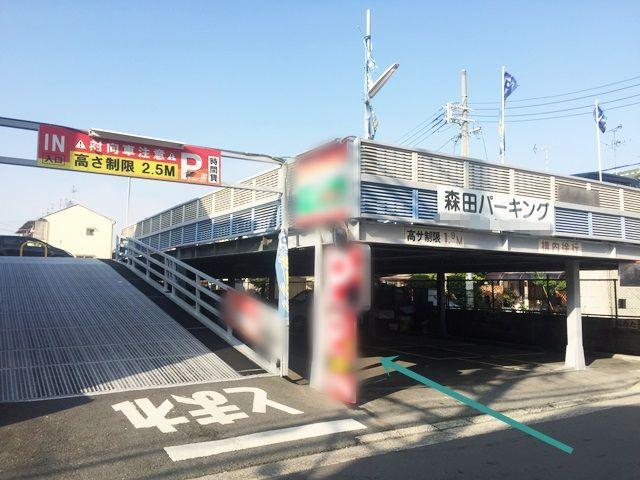 【道順6】駐車場入口です。右側の入口から入庫してください。