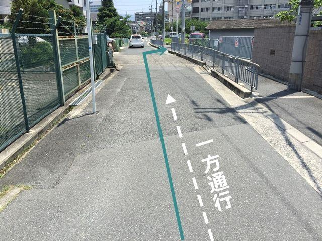 少し直進していただくと、「右手」にご利用駐車場があります。