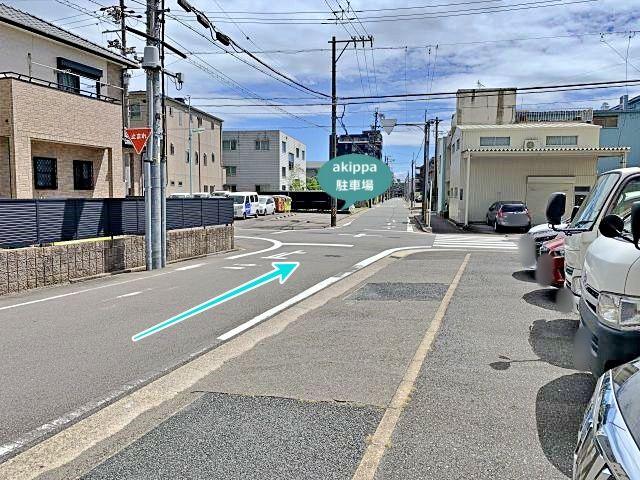 直進してすぐの十字路で、前方左手に見える駐車場です