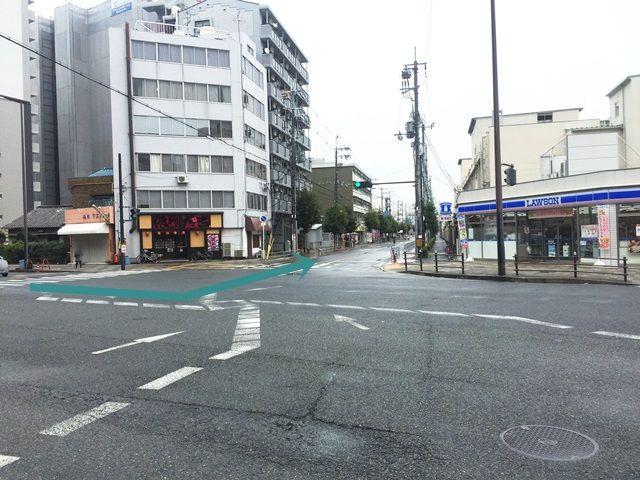 1.新大阪駅東口から東へ進んだ場所にある「東中島4北」交差点から南へ進み、2つ目の信号を「左折」してください。