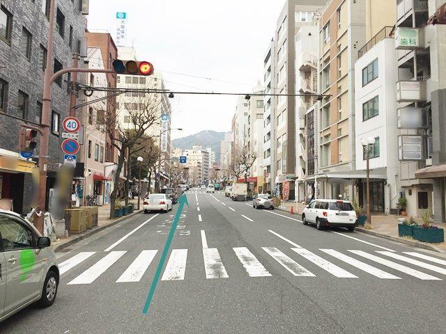 【道順1】「国道2号線」の「メリケン波止場前交差点」を「JR元町駅」方面にお進みいただき、しばらく道なりにお進みください。