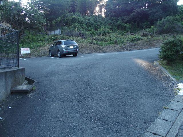 【道順3】駐車場の入口です。予約完了後に通知されるスペース番号をご確認のうえ駐車してください。