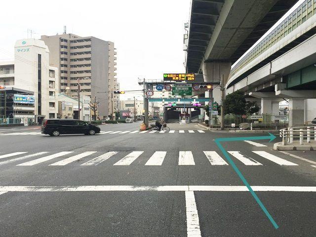 1.「中央大通」を「九条駅」から「弁天町駅」方面へ直進していただき、阪神高速の「波除入口」手前の交差点を「右折」してください。