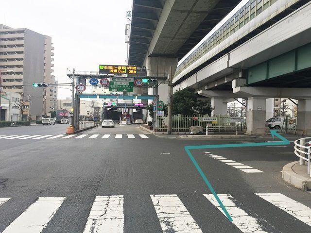 2.「右折」するとすぐ「左側」に駐車場入口があります。