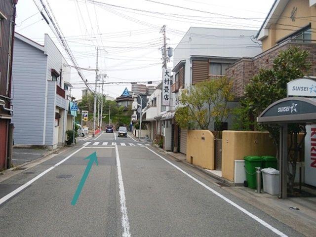 県道488号線の道を南へ約200m行くと右側に大村畳店の看板が見えます。そこの交差点を左折します。(南向き一方通行)