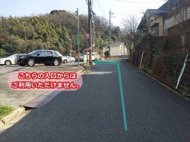 【道順9】入口が2つございます。奥の入口で左折し、駐車場内へと進入してください。