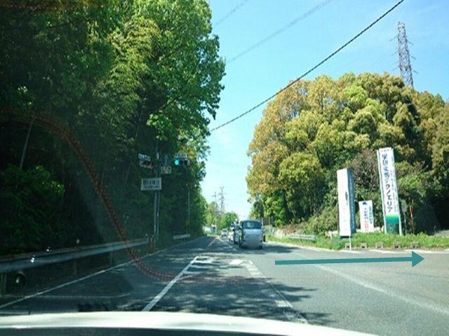 【道順1】国道163号線沿い奈良方面の東から来た場合、高山あられの看板がある高山町西交差点を北へ右折して下さい。