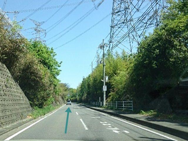 【道順2】関西電力の鉄柱が並んでいる道を直進して下さい。