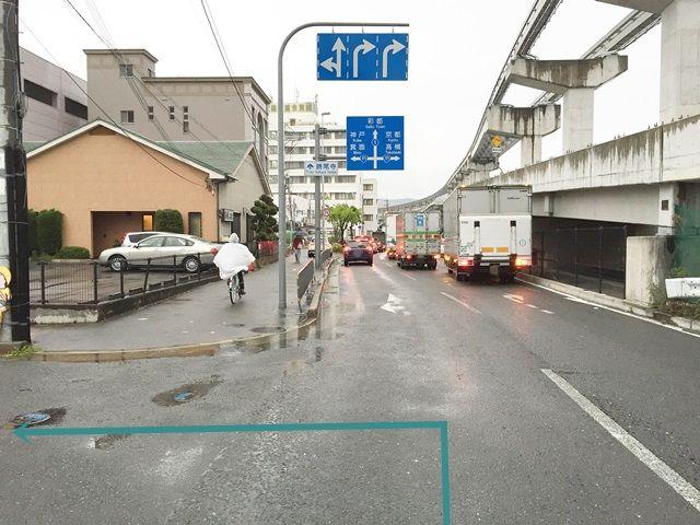 【道順1】「府道1号線」の「豊川駅」から「友紘会総合病院」方面へお進みいただき、1つ目の角を「左折」してください。