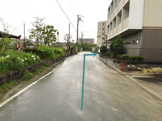 【道順6】道なりにお進みいただくと、「右側」に駐車場があります。