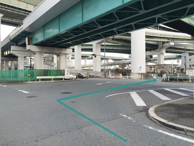 3.矢印に沿って右折し、一方通行の道へ入ってください。