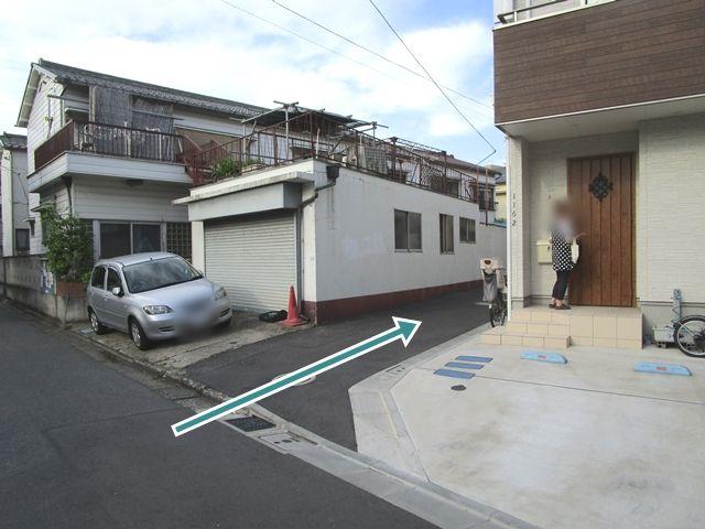 【順路1】住宅に向かって左側の道に入ります