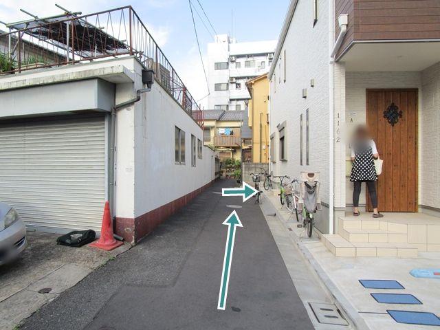 【順路2】住宅の裏側までお進みください